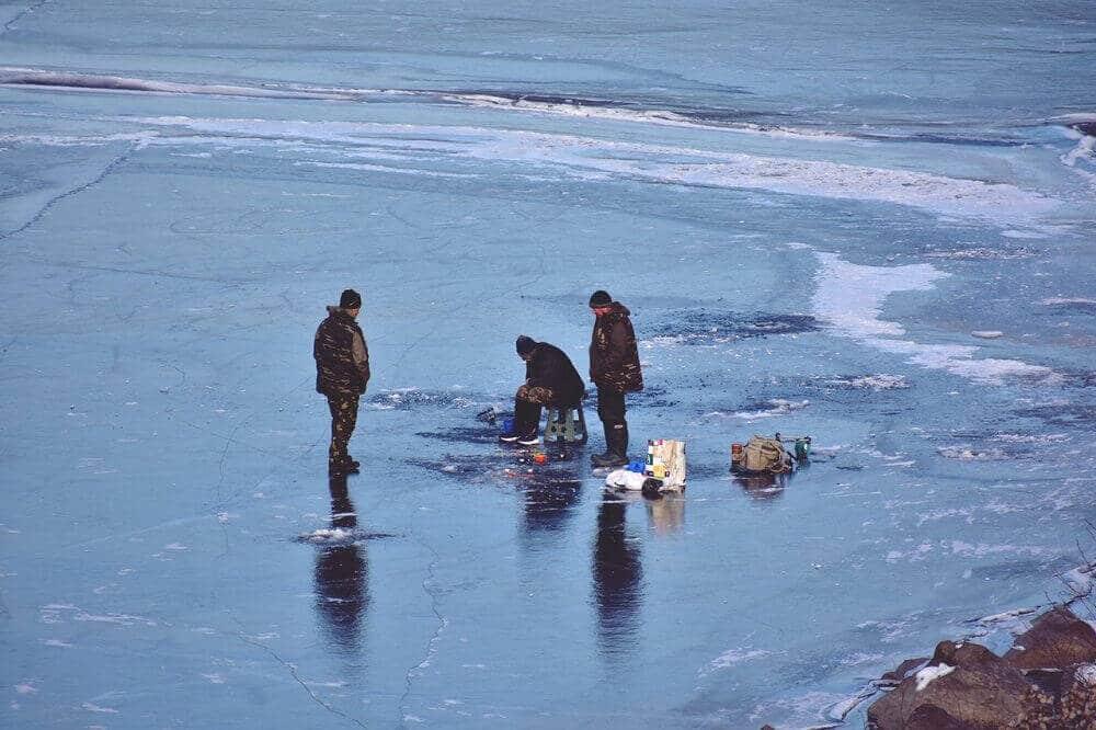 Ice-Fishing-Group